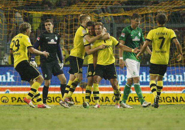 """Пятница. Дортмунд. """"Боруссия"""" Д - """"Вердер"""" - 2:1. Партнеры поздравляют Марио ГЕТЦЕ (в центре) с победным мячом. Фото AFP"""