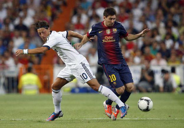 """Среда. Мадрид. """"Реал"""" - """"Барселона"""" - 2:1. Месут ЕЗИЛ (слева) против Лионеля МЕССИ. Фото REUTERS"""