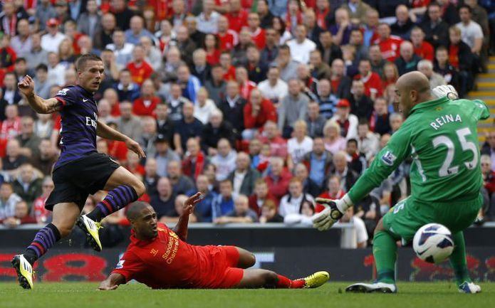 """Вчера. Ливерпуль. """"Ливерпуль"""" - """"Арсенал"""" - 0:2. 31-я минута. Лукас ПОДОЛЬСКИ открывает счет, забивая свой первый гол за """"канониров"""" в официальных матчах. Фото REUTERS"""