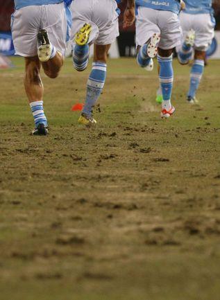 """Сентябрь. Неаполь. Трава на стадионе """"Сан Паоло"""" серьезно пострадала от грибка-вредителя. Фото AFP"""