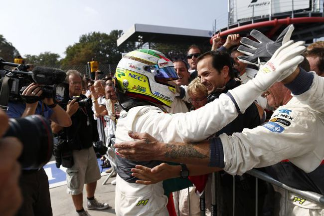 """Серхио ПЕРЕС приветствует своих механиков и инженеров после финиша """"Гран-при Италии"""". Фото - Sauber. Фото """"СЭ"""""""