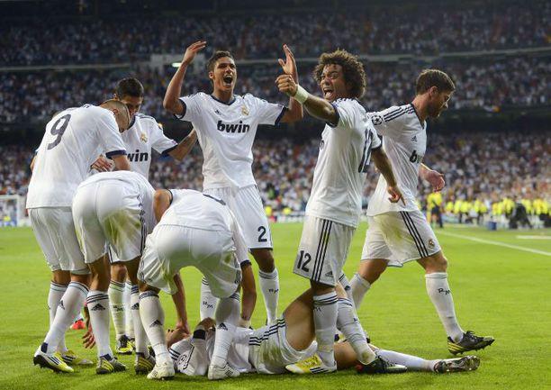 """Вчера. Мадрид. """"Реал"""" - """"Манчестер Сити"""" - 3:2. Игроки """"Реала"""" празднуют победный гол КРИШТИАНУ РОНАЛДУ (внизу). Фото AFP"""