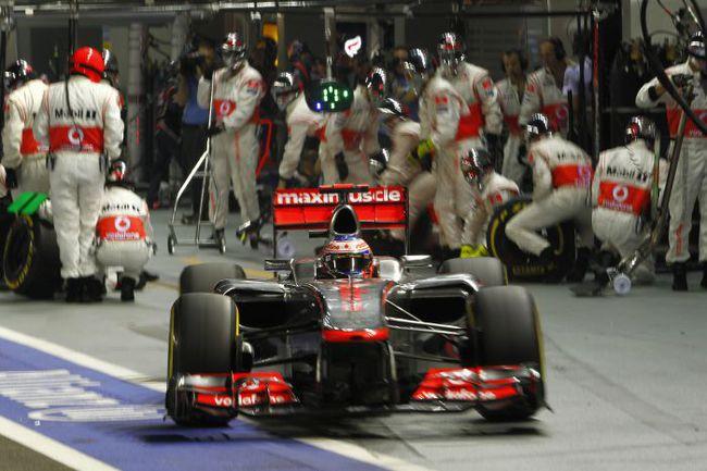 """Сегодня. Сингапур. Дженсон БАТТОН покидает боксы команды """"Макларен"""" на пути ко второму месту в гонке. Фото - McLaren. Фото """"СЭ"""""""
