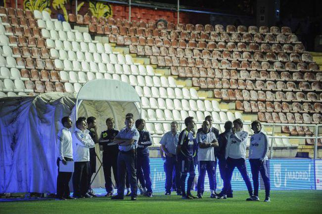 """Воскресенье. Мадрид. Игроки """"Реала"""" в ожидании матча на стадионе """"Кампо де Вальекас"""". В итоге встреча с """"Райо Вальекано"""" была перенесена на сутки. Фото AFP"""