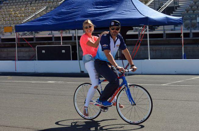 """Иван МЮЛЛЕР (справа) с супругой накануне американского этапа получил велосипед в подарок от организаторов. Фото - WTCC. Фото """"СЭ"""""""