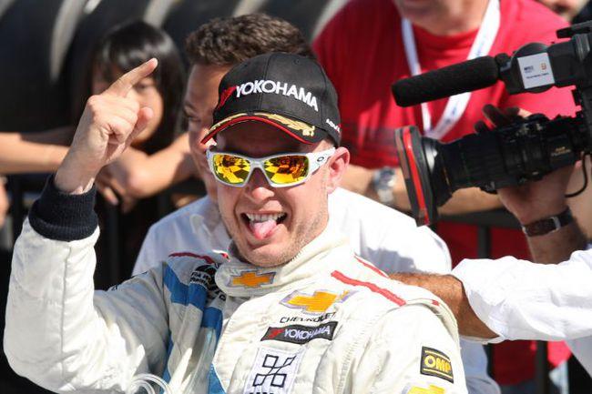 """Роб ХАФФ эмоционально отмечает победу во второй гонке американского этапа. Фото - WTCC. Фото """"СЭ"""""""