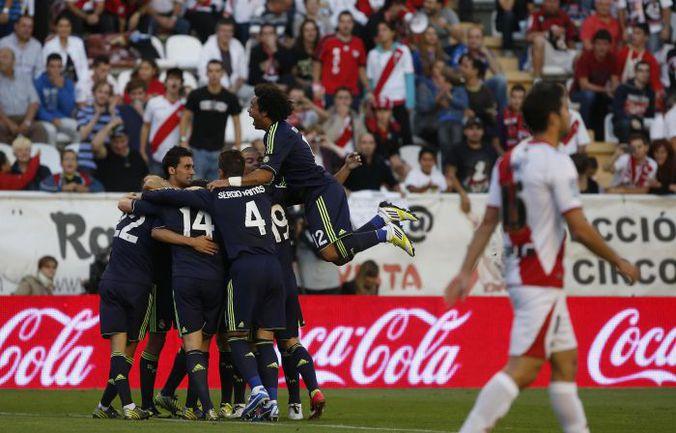 """Понедельник. Мадрид. """"Райо Вальекано"""" - """"Реал"""" - 0:2. 13-я минута. Футболисты """"Королевского клуба"""" празднуют гол Карима БЕНЗЕМА. Фото REUTERS"""