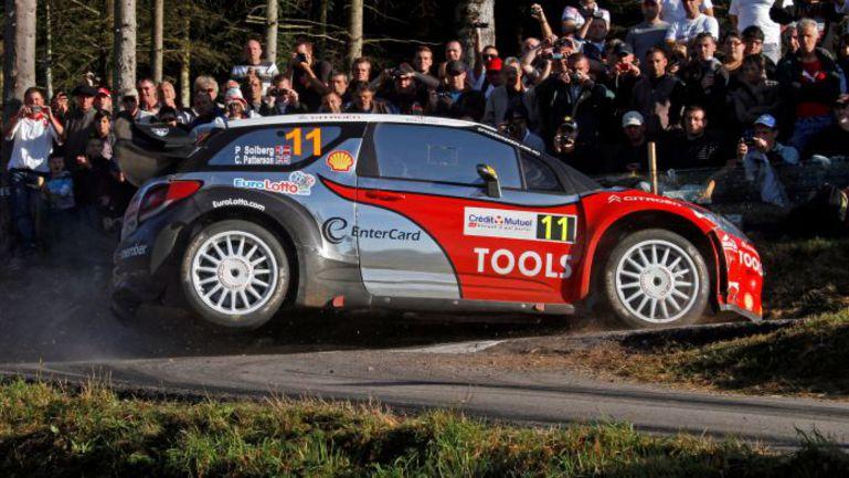 """Петтер СОЛБЕРГ проходит одну из шпилек на гонке 2010 года. Хорошо видна кромка асфальта, о которую можно повредить шину, неудачно """"зарезав"""" поворот. Фото - Citroen. Фото """"СЭ"""""""