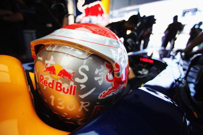 """Сегодня. Сузука. Себастьян ФЕТТЕЛЬ подготовил для """"Гран-при Японии"""" новую версию дизайна своего шлема. Фото - Red Bull. Фото """"СЭ"""""""