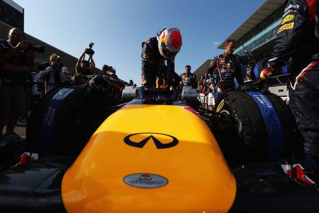 """Сегодня. Сузука. Себастьян ФЕТТЕЛЬ занимает место в своей машине перед стартом """"Гран-при Японии"""". Фото - Red Bull. Фото """"СЭ"""""""