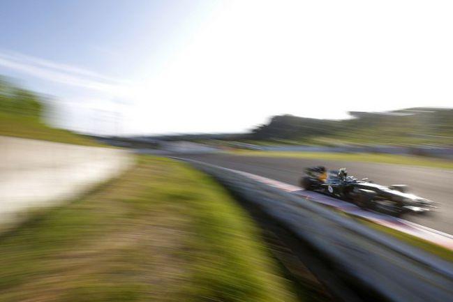 """Сегодня. Сузука. Виталий ПЕТРОВ пилотирует болид команды """"Катэрхем"""" во время гонки на """"Гран-при Японии"""". Фото - Caterham. Фото """"СЭ"""""""