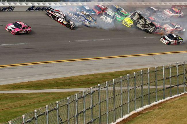 Первые секунды после аварии в Талладеге. Избежавший завала Мэтт КЕНСЕТ (№ 17) едет к победе, Кейси КЕЙН (№ 5) пытается проскочить по внутренней стороне трассы. Фото AFP