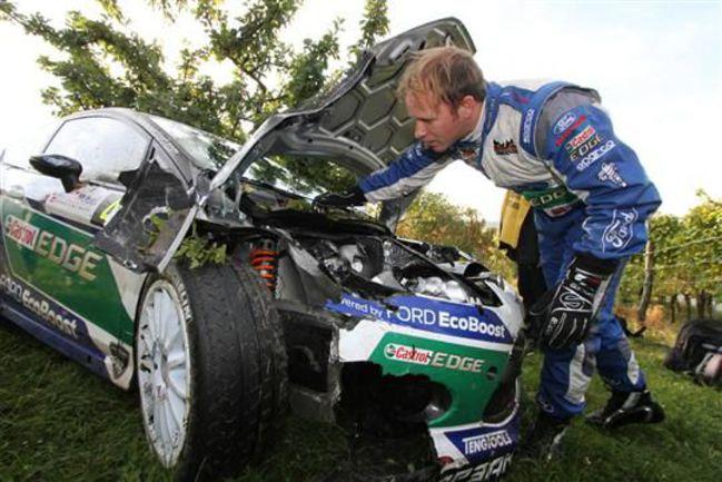 """Петтер СОЛБЕРГ у разбитого Ford Fiesta. Стоит отметить, что подвеска автомобиля цела, хотя машина ударилась в столб одним из углов. Фото - Denis Werwer / www.lalsace.fr. Фото """"СЭ"""""""