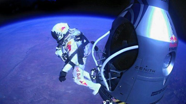 """Воскресенье. Феликс БАУМГАРТНЕР покидает капсулу на высоте 39,45 километра. Фото """"СЭ"""""""