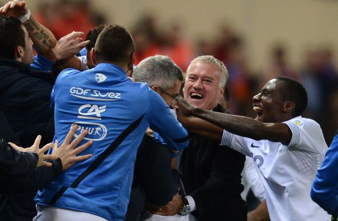 Главный тренер сборной Франции Дидье ДЕШАМ празднует забитый гол в ворота испанцев. Фото AFP