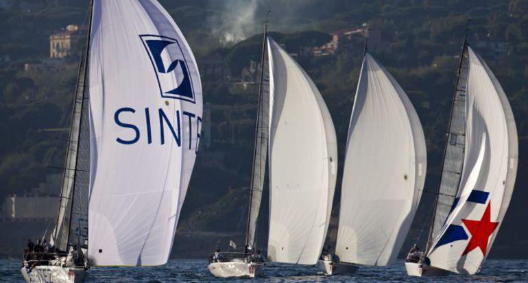 """Флот Melges32 в Неаполе. Stefano Gattini / Studio Borlenghi. Фото """"СЭ"""""""