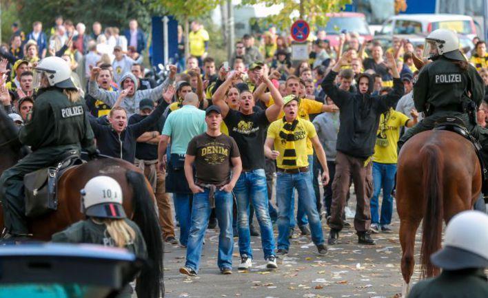 """Суббота. Дортмунд. Фанаты """"Боруссии"""", недовольные поражением своей команды в дерби. Фото AFP"""