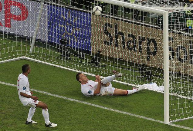19 июня 2012 года. Донецк. Украина - Англия - 0:1. Джон ТЕРРИ в памятном матче выбивает мяч из ворот после того, как он пересек линию. Фото AFP