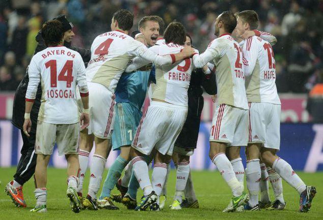 "Вчера. Мюнхен. ""Бавария"" - ""Байер"" - 1:2. Леверкузенцы празднуют победу. Фото AFP"