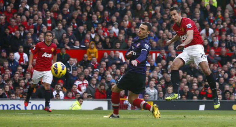 """3 ноября. """"Манчестер Юнайтед"""" - """"Арсенал"""" - 1:0. Робин ван ПЕРСИ (№20) открывает счет в матче. Фото REUTERS"""