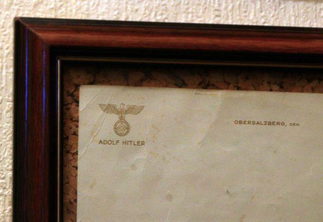 """Подлинный бланк Адольфа Гитлера на память о съемках культового сериала о Штирлеце. Фото Юрия ГОЛЫШАКА, """"СЭ"""". Фото """"СЭ"""""""