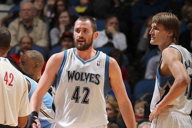 "Среда. Миннеаполис. ""Миннесота"" - ""Денвер"" - 94:101. Кевин ЛАВ (слева) и Андрей КИРИЛЕНКО. Фото НБА. Фото ""СЭ"""