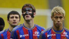 """МАРИУ ФЕРНАНДЕС: маска надоела, хоть он к ней и привык. Фото Александра ФЕДОРОВА, """"СЭ""""."""