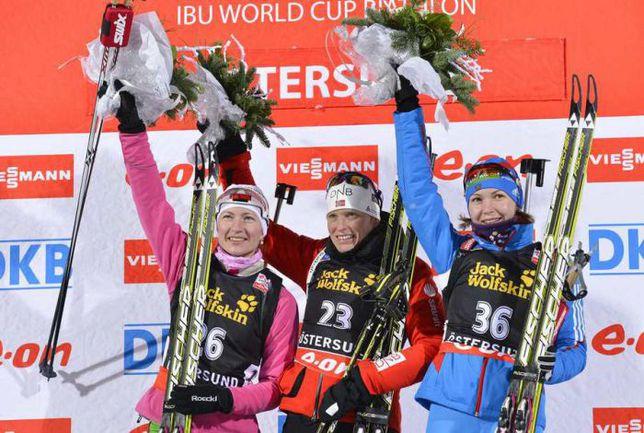 Четверг. Эстерсунд. Дарья ДОМРАЧЕВА, Тора БЕРГЕР и Екатерина ГЛАЗЫРИНА на подиуме после индивидуальной гонке. Фото AFP