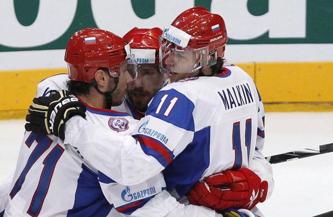 Евгений МАЛКИН (справа), Илья КОВАЛЬЧУК (слева) и Павел ДАЦЮК. Фото REUTERS