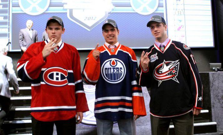 Первая тройка драфта НХЛ 2012 года: россиянин Наиль ЯКУПОВ (в центре), канадец Райан МЮРРЕЙ (справа) и американец Алекс ГАЛЬЧЕНЮК. Фото AFP