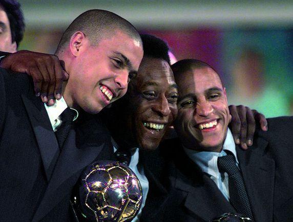 """12 января 1998 года. Париж. Церемония награждения """"Бриллиантовым мячом"""". Игрок года по версии ФИФА РОНАЛДО (слева), Роберто Карлос, занявший в опросе второе место, и ПЕЛЕ. Фото «СЭ»"""