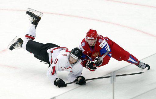 Сегодня. Уфа. Россия - Швейцария - 4:3 Б. Сэмуэль ГУЭРРА пытается остановить Никиту КУЧЕРОВА. Фото REUTERS