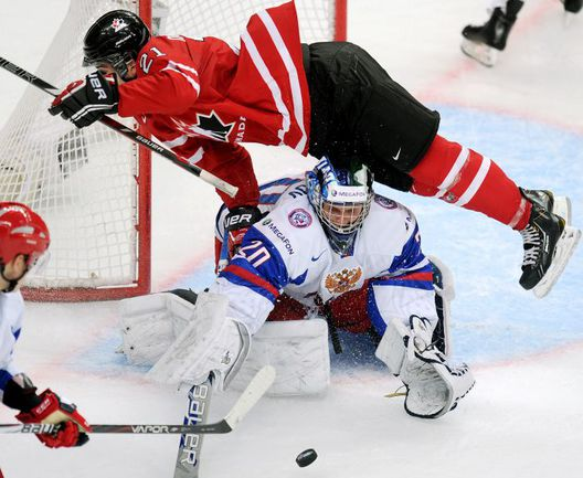 Сегодня. Уфа. Канада - Россия - 5:6 ОТ. Андрей МАКАРОВ отражает атаку Филлипа ДАНО. Фото AFP