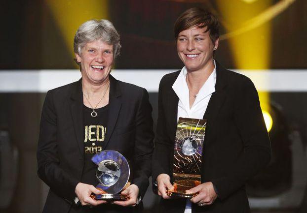 Лучший женский тренер шведка Пия СУНДХАГИ и лучшая футболистка американка Эбби УАМБАХ. Фото Reuters