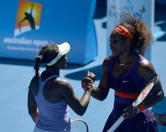 Сегодня. Мельбурн. Серена УИЛЬЯМС (справа) поздравляет с победой Слоан СТИВЕНС. Фото AFP