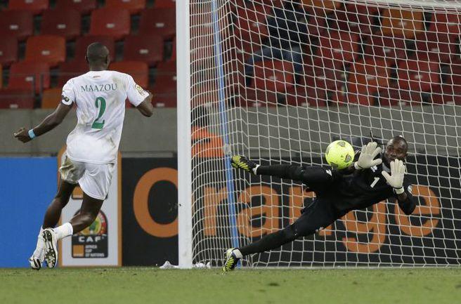 "Вчера. Порт-Элизабет. Нигер - Конго - 0:0. В атаке форвард Нигера Мусса МААЗУ. Фото ""СЭ"""