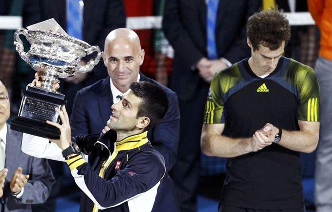 Вчера. Мельбурн. Энди МАРРЭЙ наблюдает за тем, как Андре АГАССИ вручает чемпионский трофей Новаку ДЖОКОВИЧУ. Фото Reuters