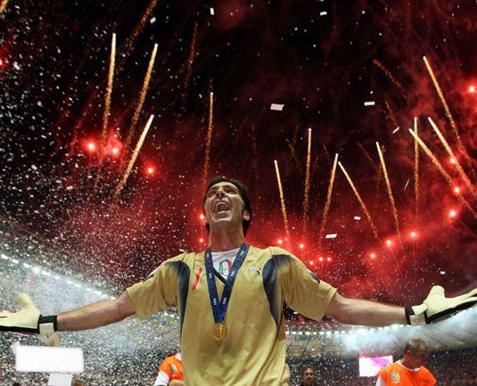 9 июля 2006 года. Берлин. Франция - Италия - 1:1. (Пенальти - 3:5). Несколько минут назад Джанлуиджи БУФФОН поднялся на мировой футболный Олимп. Фото REUTERS