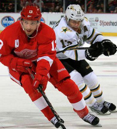 """Вчера. Детройт. """"Детройт"""" - """"Даллас"""" - 4:1. В атаке - Павел ДАЦЮК (слева). Фото - Detroit Red Wings. Фото «СЭ»"""