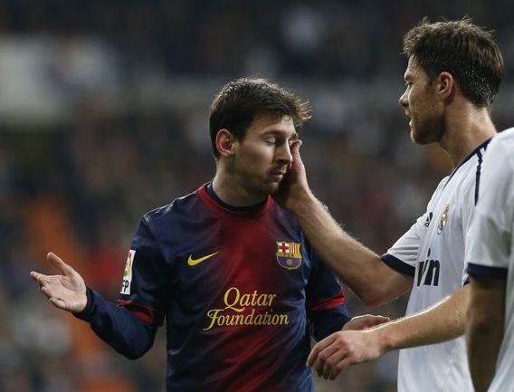 "Среда. Мадрид. ""Реал"" - ""Барселона"" - 1:1. Лионель МЕССИ и ХАБИ АЛОНСО. Фото REUTERS"
