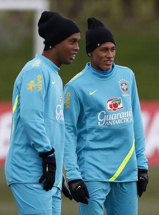 Вчера. Лондон. Тренировка сборной Бразилии. РОНАЛДИНЬЮ (слева) и НЕЙМАР. Фото REUTERS