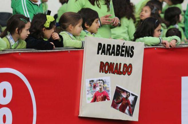 """Вчера. Гимарайнш. Поклонники Криштиану Роналду поздравляют своего кумира с днем рождения на открытой тренировке сборной Португалии. Фото - fpf.pt. Фото """"СЭ"""""""