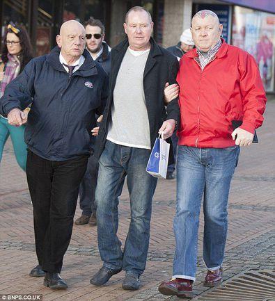 "Легенда британского футбола Пол ГАСКОЙН (в центре) прибыл в США на лечение. Фото Daily Mail. Фото ""СЭ"""