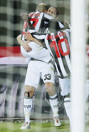 """Понедельник. Сиена. """"Сиена"""" - """"Лацио"""" - 3:0. Партнеры поздравляют Алессандро РОЗИНУ (слева) с голом в ворота римлян. Фото AFP"""