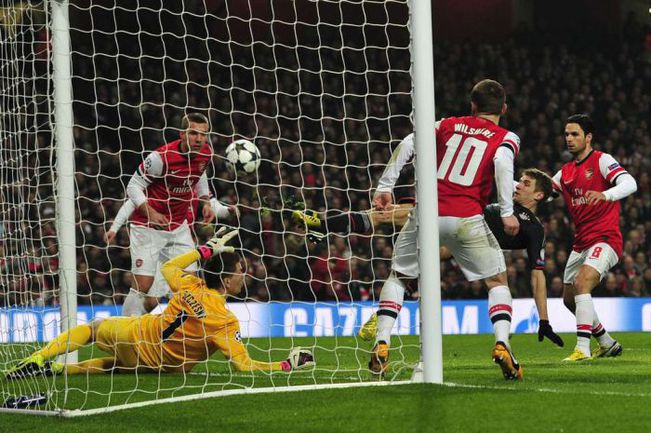 """Вторник. Лондон. """"Арсенал"""" - """"Бавария"""" - 1:3. Томас МЮЛЛЕР проводит второй мяч в ворота хозяев. Фото AFP"""