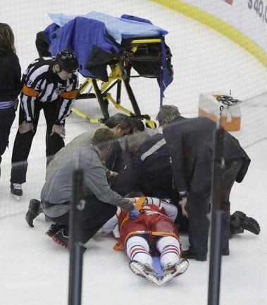 """Вчера. Детройт. """"Детройт"""" - """"Коламбус"""" - 2:3. Центрфорварда """"Блю Джекетс"""" Артема АНИСИМОВА, получившего травму, сейчас уложат на носилки. Фото AFP"""