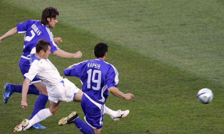 20 июня 2004 года. Фару. Греция - Россия - 1:2. 2-я минута. Дмитрий КИРИЧЕНКО забивает самый быстрый гол в истории финальных турниров Euro. Фото AFP