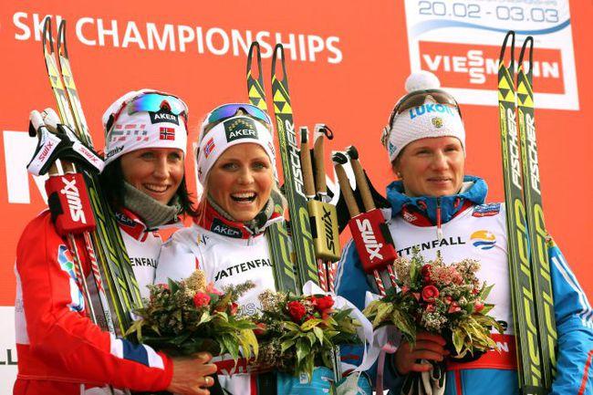 Вчера. Валь-ди-Фьемме. Пьедестал почета.  Справа налево: Юлия ЧЕКАЛЕВА, Тереза ЙОХАУГ и Марит БЬОРГЕН. Фото AFP