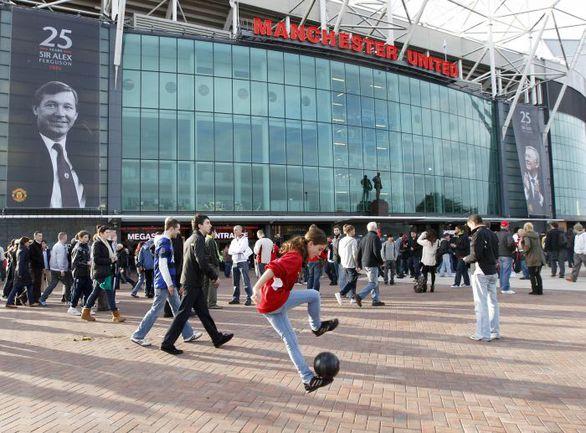 """В честь Алекса Фергюсона не только установлен памятник рядом с """"Олд Траффорд"""", но и названа одна из трибун знаменитого стадиона. Фото REUTERS"""