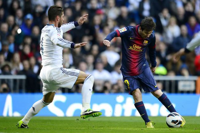 """Суббота. Мадрид. """"Реал"""" - """"Барселона"""" - 2:1. Лионель МЕССИ проводит ответный мяч. Фото AFP"""